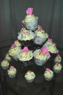 Cupcake tree surrounded by a ring of mini cupcakes